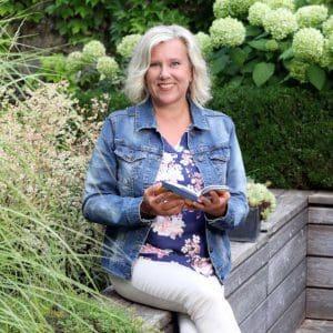 Brigitte Zadrobilek mit Buch
