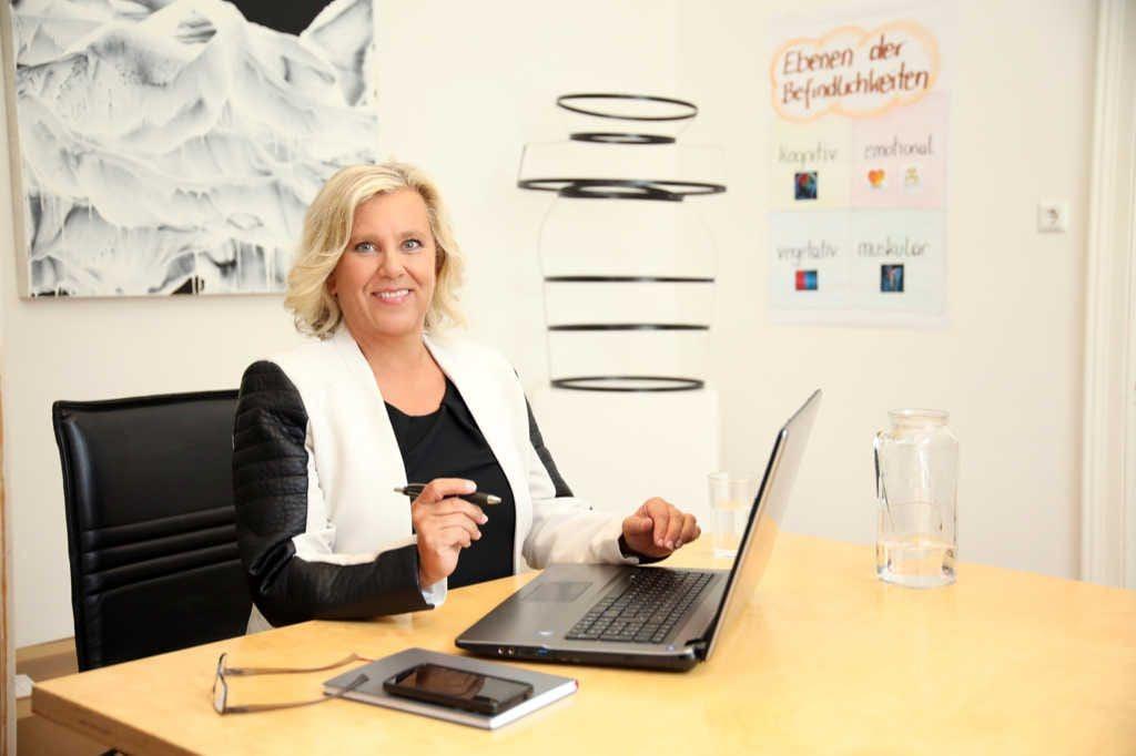 Pressefoto Mag. Brigitte Zadrobilek am Schreibtisch