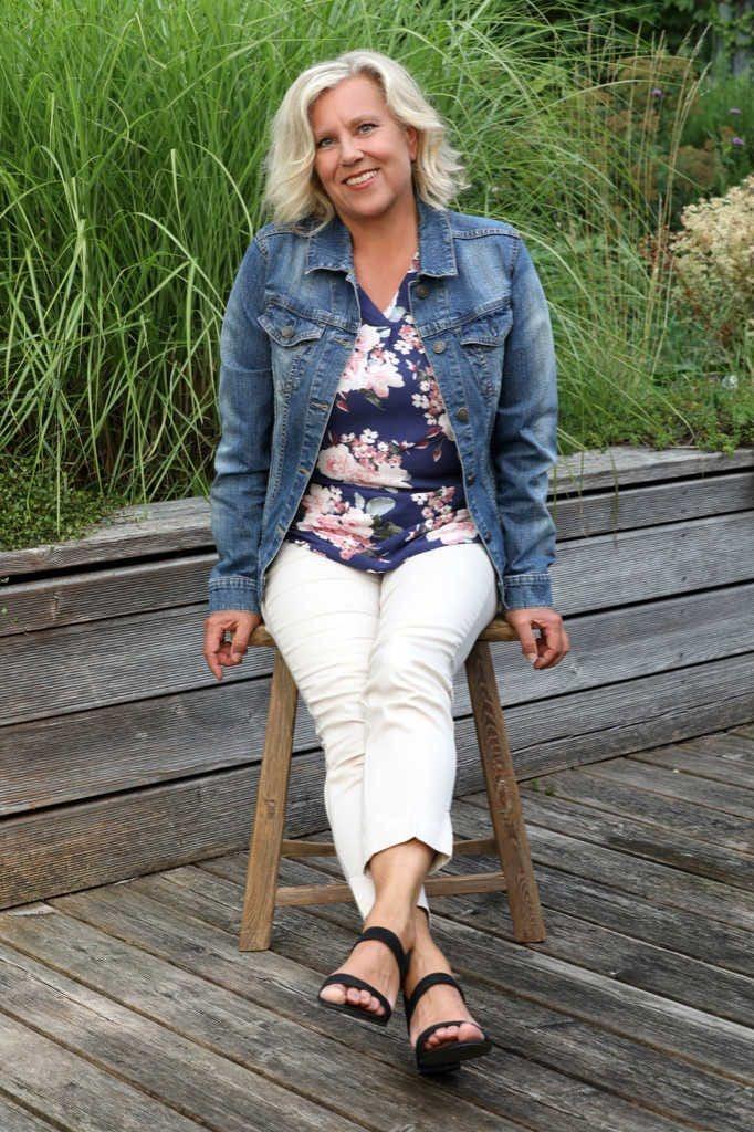 Pressefoto Mag. Brigitte Zadrobilek sitzend im Garten